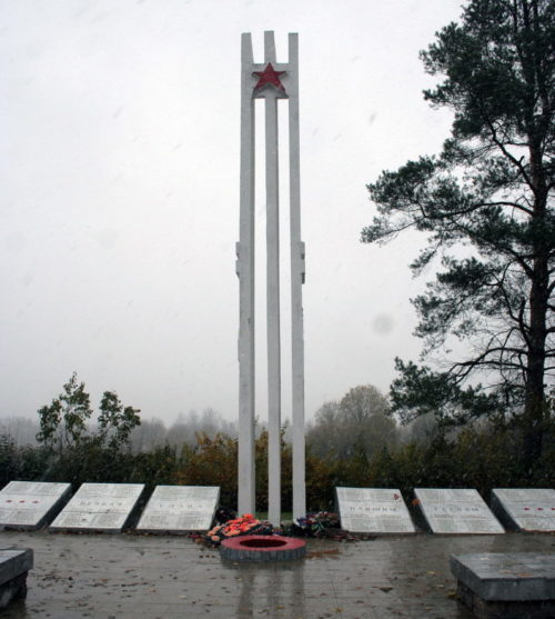д. Александровская Горка Кингисеппского р-на. Памятник, установленный на братской могиле, в которой захоронено 217 советских воинов, в т.ч. 5 неизвестных.