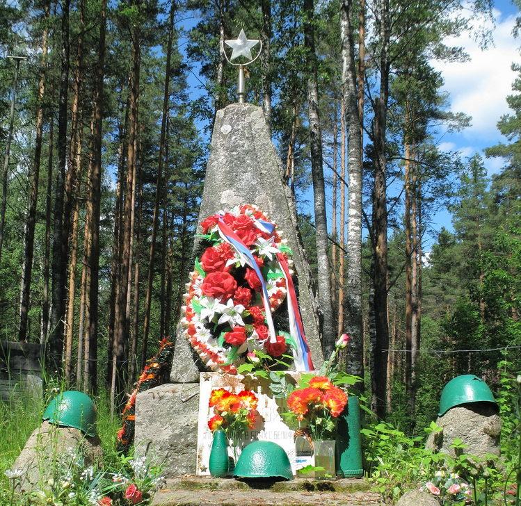 п. Нагорное Выборгского р-на. Памятник, установленный на братской могиле советских воинов, погибших в годы Советско-Финской войны.