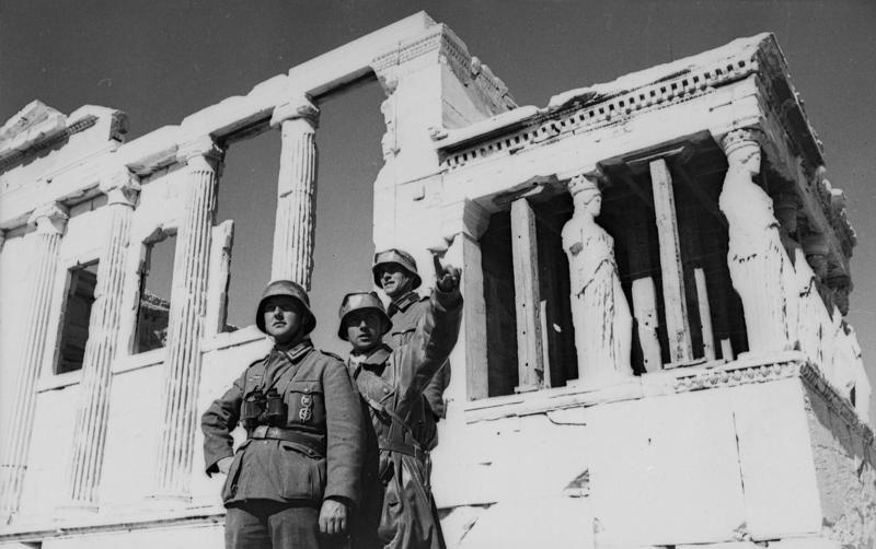 Солдаты вермахта отдыхают в Афинах у акрополя. 1941 г.