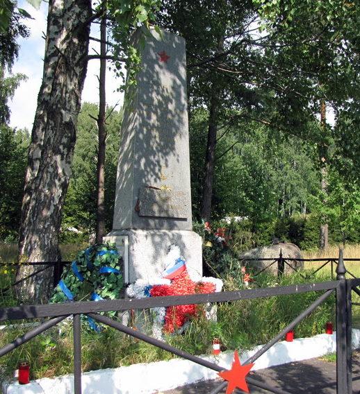 п .Озерки Выборгского р-на. Памятник, установленный на братской могиле, в которой захоронено 55 советских воинов, погибших в годы Советско-Финской войны. Среди них - Герой Советского Союза А. В. Шилов.