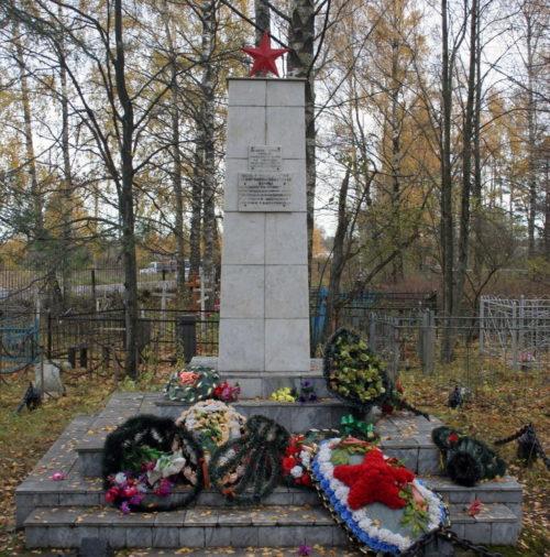 д. Большое Куземкино Кингисеппского р-на. Памятник, установленный на братской могиле, в которой захоронено 25 советских воинов, в т.ч. 12 неизвестных.
