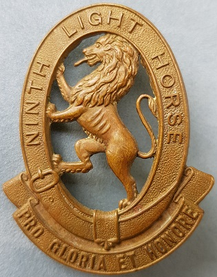 Аверс и реверс знака на шляпу военнослужащих 9-го полка легкой кавалерии.