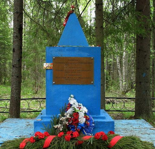 п. Первомайское Выборгского р-на. Памятник, установленный на братской могиле советских воинов.