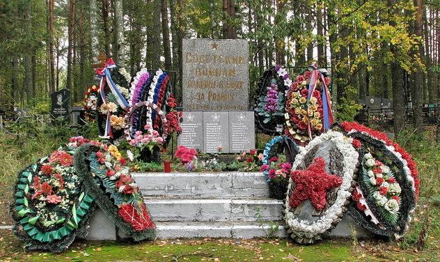 п. Подборовье Выборгского р-на. Памятник, установленный на братской могиле, в которой похоронено 41 советский воин.