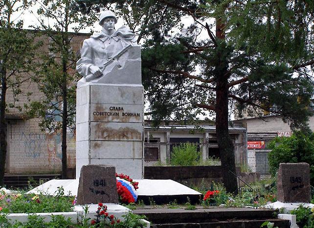 с. Путилово Кировского р-на. Памятник, установленный на братской могиле, в которой похоронено 5 577 советских воинов.