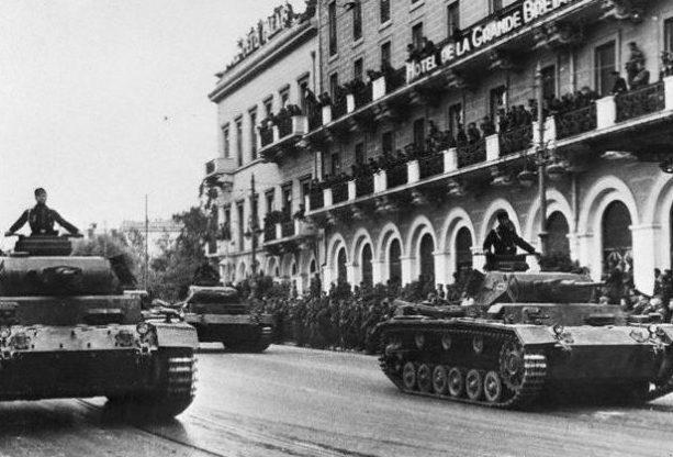 Немецкие солдаты на параде в Афинах. 1941 г.