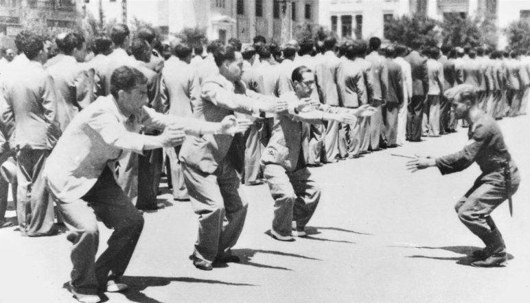 Издевательские занятие евреев гимнастикой на площади Элефтерия в Салониках. 1942 г.