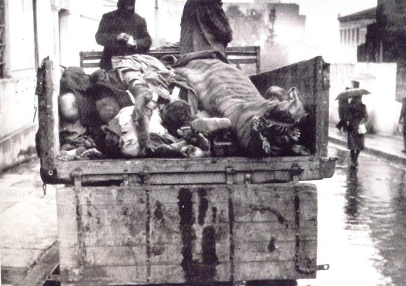 Сбор умерших от голода. Зима 1942 г.