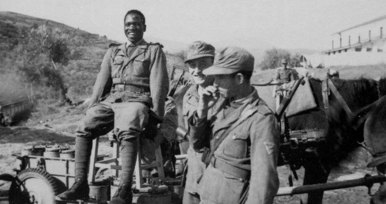 Солдаты 845-го немецко-арабского пехотного батальона вермахта у конной повозки. Ноябрь 1943 г.