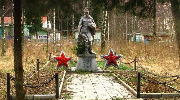 г. Приморск Выборгского р-на. Памятник, установленный на братской могиле, в которой похоронено 28 советских воинов.