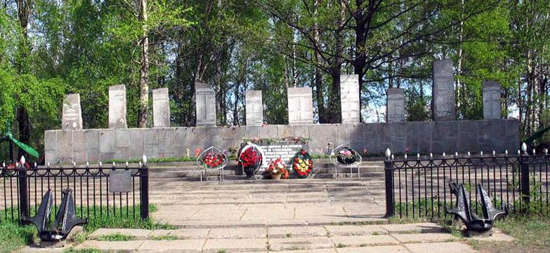 п. Мурино Всеволожского р-на. Памятник, установленный на братской могиле, в которой похоронено 316 летчиков КБФ. Среди них - Герои Советского Союза В. Н. Каштанкин, А. Г. Ломакин, Н. В. Шапкин.