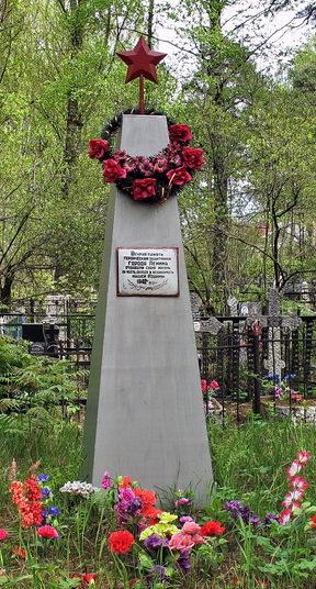 п. Мурино Всеволожского р-на. Памятник на братской могиле советских воинов на поселковом кладбище.