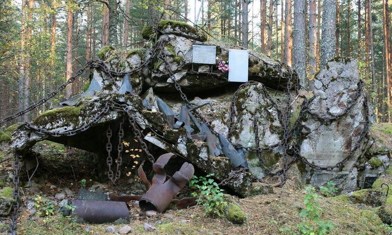 г. Приморск, Выборгского р-на. Памятный знак 15 саперам, погибшим на месте при взрыве командного пункта в 1941 году.