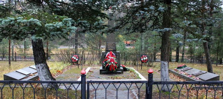 п. Пруды Выборгского р-на. Памятник, установленный на братской могиле, в которой похоронено 323 советских воина.