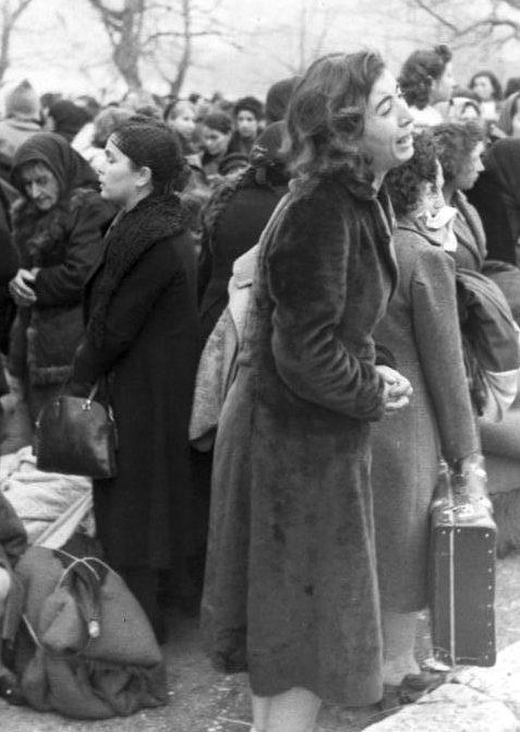 Евреи города Янина перед депортацией в концлагерь Освенцим. Март, 1944 г.