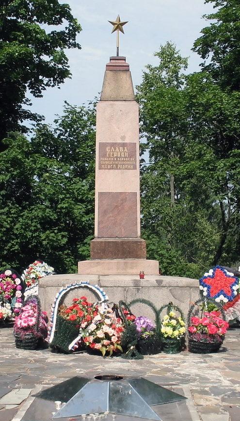 п. Рощино Выборгского р-на. Памятник по улице Советской, 12, установленный на братской могиле, в которой похоронено 243 советских воина.