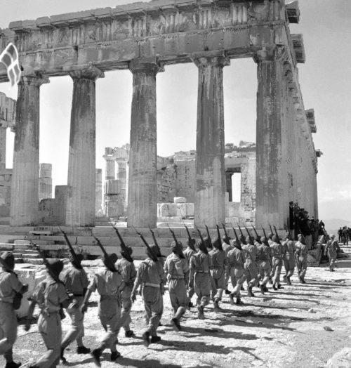 Колонна британских солдат подходит к Акрополю в освобожденных Афинах. Октябрь 1944 г.