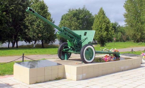 д. Иссад Волховского р-на. Пушка-памятник погибшим землякам. На мемориальных досках увековечено 113 имен погибших.