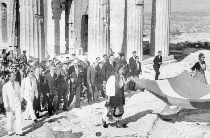 Премьер-министр Георгиос Папандреу на Акрополе после освобождения от нацистов. Октябрь 1944 г.