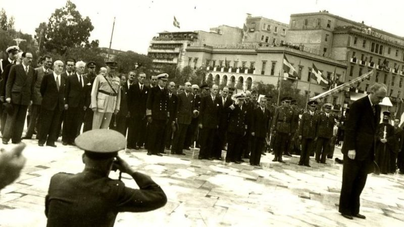 Члены правительства во главе с премьер-министром Папандреу возлагают венки к могиле Неизвестного солдата. Октябрь 1944 г.