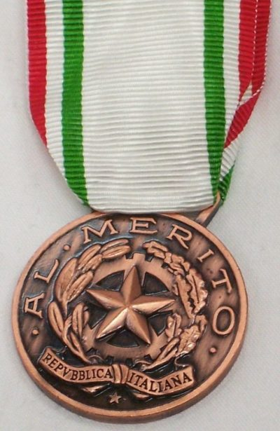 Аверс и реверс бронзовой медали «За заслуги перед Красным крестом» (Medaglia di bronzo al merito della Croce Rossa Italiana). Республика.