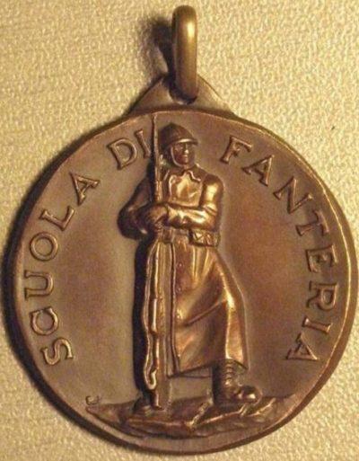 Аверс и реверс памятной медали школы итальянской пехоты.