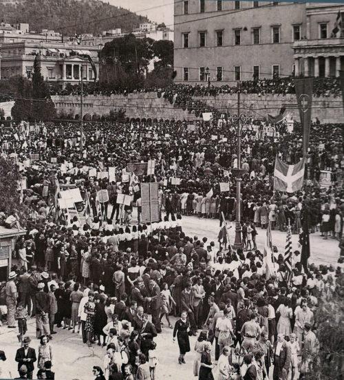 Антиправительственный митинг в Афинах после освобождения города от нацистской оккупации. 14 октября 1944 г.