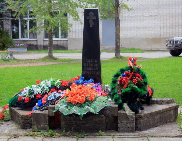 с. Колчаново Волховского р-на. Памятник погибшим землякам.