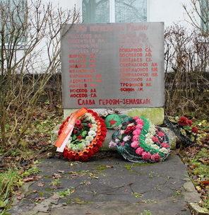 д. Большая Пустомержа Кингисеппского р-на. Памятник погибшим землякам.