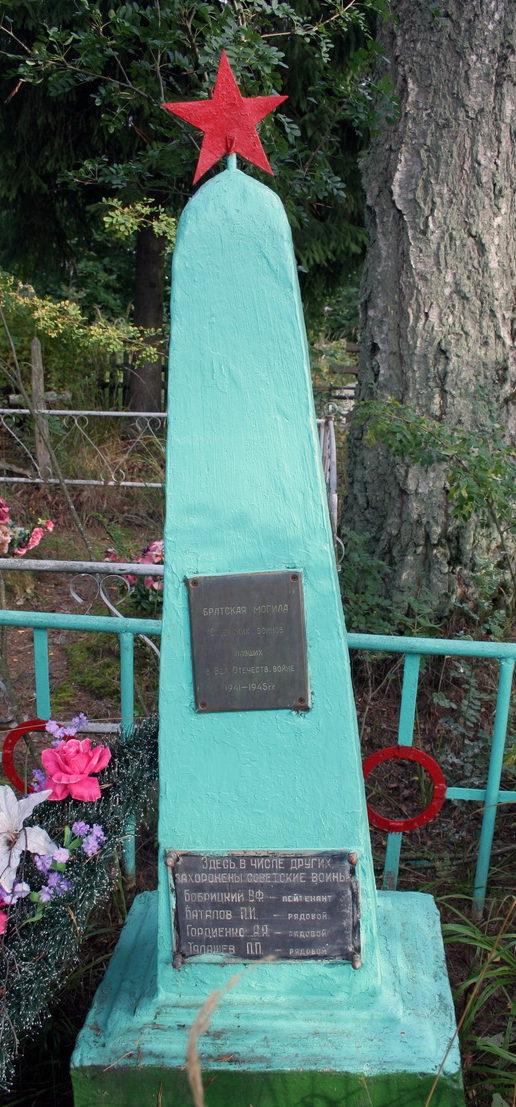 д. Большое Стремление Кингисеппского р-на. Памятник, установленный на братской могиле, в которой захоронено 17 советских воинов, в т.ч. 13 неизвестных.