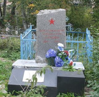 д. Черное Кировского р-на. Памятник на кладбище, установлен на братской могиле, в которой похоронен 81 советский воин.