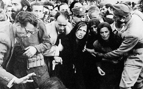 Похороны расстрелянных демонстрантов. Декабрь 1944 г.