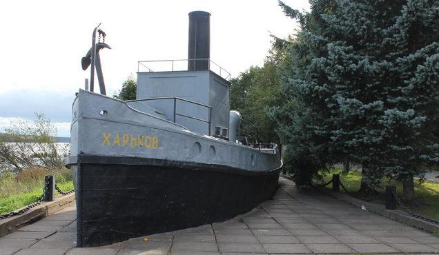 Памятник-буксир «Харьков».