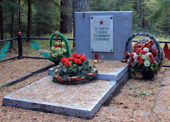 д. Венекюля Кингисеппского р-на. Памятник, установленный на братской могиле, в которой захоронено 2 советских воина.