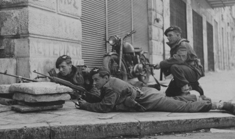 Британские солдаты на улице Афин во время боев с Народно-освободительной армией Греции. Декабрь 1944 г.