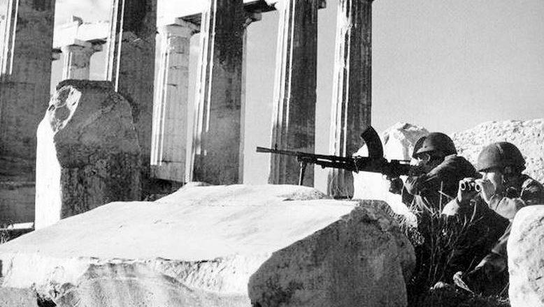 Британские парашютисты держат оборону на Акрополе в Афинах. Декабрь, 1944 г.