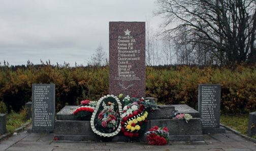 п. Свободное Выборгского р-на. Памятник, установленный на братской могиле, в которой похоронено 80 советских воинов.