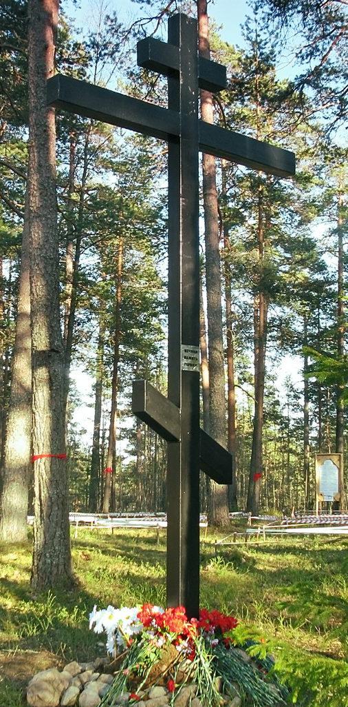 п. Свободное Выборгского р-на. Памятный крест, установленный у братских могил, в которых похоронено 92 советских воина.