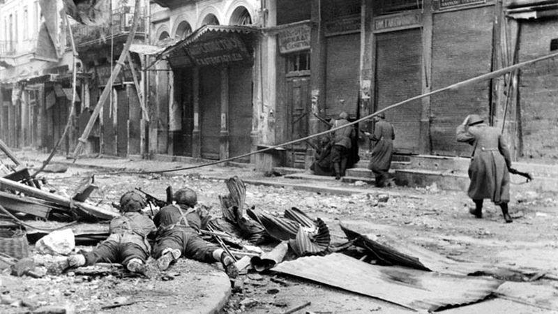 Британские и правительственные греческие войска продвигаются в Афинах. Декабрь 1944 г.