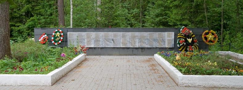 п. Симагино Выборгского р-на. Памятник, установленный на братской могиле, в которой 170 советских воинов, в т.ч. 150 неизвестных.