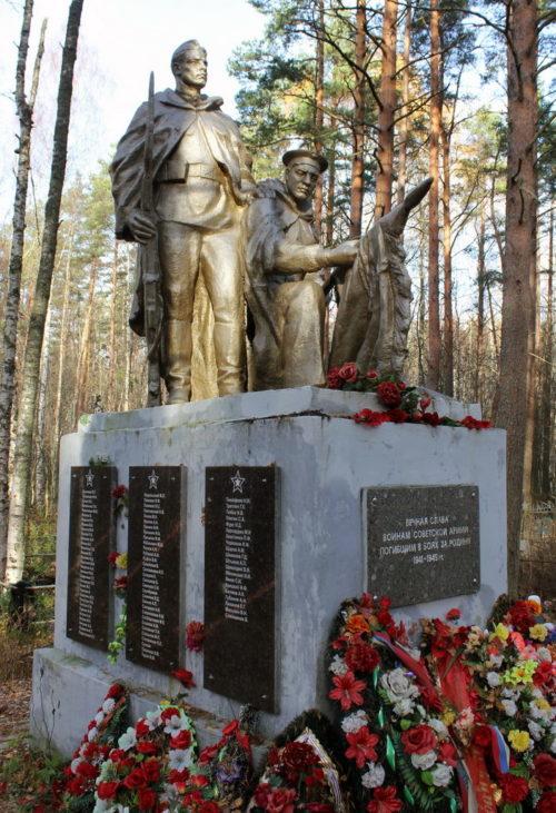 п. Советский Выборгского р-на. Памятник на кладбище, установленный на братской могиле, в которой похоронено 175 советских воинов.