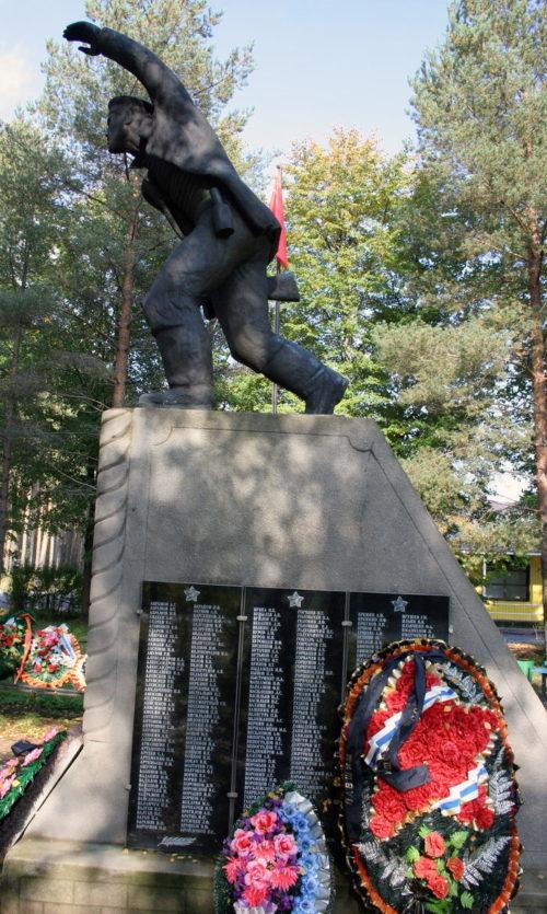 с. Паша Волховского р-на. Памятник, установленный на воинском кладбище, где похоронено 780 советских воинов. Здесь же похоронен Герой Советского Союза К. А. Кулик.