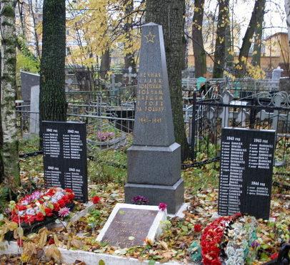 д. Новосаратовка Всеволожского р-на. Братская могила советских моряков канонерской лодки «Сестрорецк». На мемориальных досках увековечено имена 80 человек.