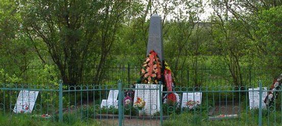 п. Ивановское Кингисеппского р-на. Памятник, установленный на братской могиле, в которой захоронено 140 советских воинов.