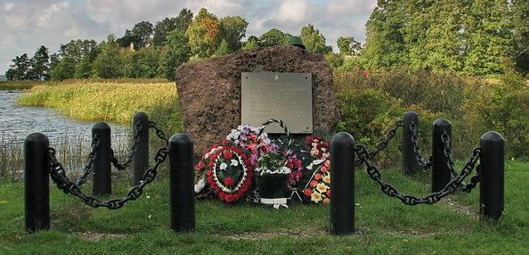 п. Советский Выборгского р-на. Памятник десантникам, участвовавшим в освобождении островов Выборгского залива, был установлен в 2004 году на берегу залива.