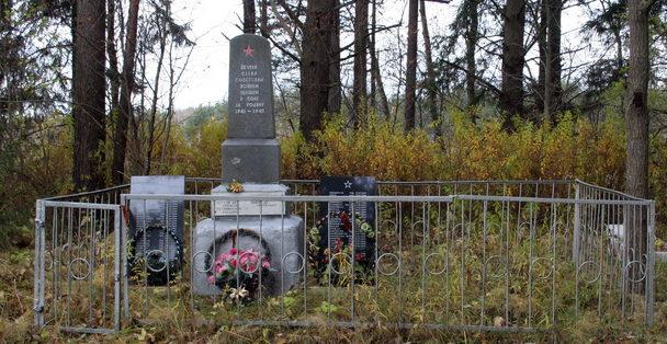 д. Калливере Кингисеппского р-на. Памятник, установленный на братской могиле, в которой захоронено 72 советских воина, в т.ч. 2 неизвестных.