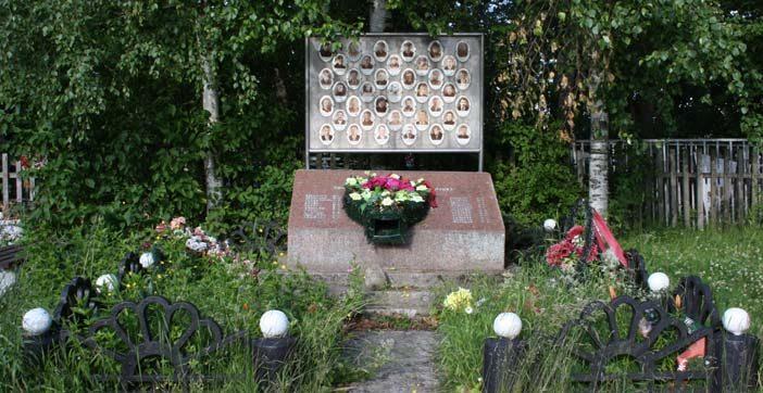 д. Рогожа Волховского р-на. Памятник погибшим землякам.