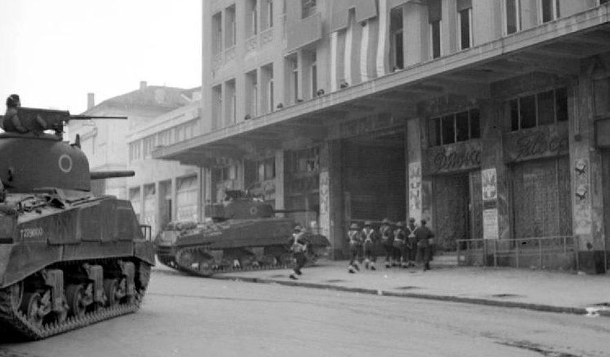 Британские солдаты с танками занимают штаб-квартиру ЭАМ в Афинах. Январь 1945 г.