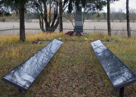 д. Кейкино Кингисеппского р-на. Памятник, установленный на братской могиле, в которой захоронено 715 советских воина, в т.ч. 6 неизвестных.