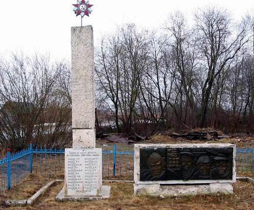 д. Керстово, Кингисеппского р-на. Памятник, установленный на братской могиле, в которой захоронено 54 советских воина, в т.ч. 10 неизвестных.